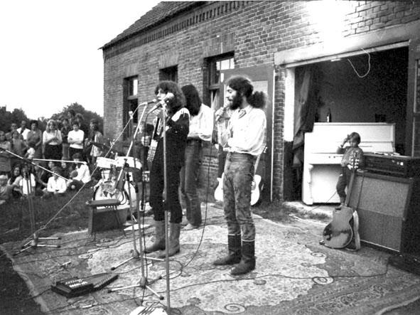 17_optreden_voor_de_boerderij_1970_joost_en_jaap