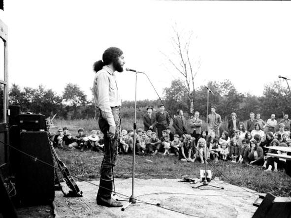 18_optreden_voor_de_boerderij_1970_joost