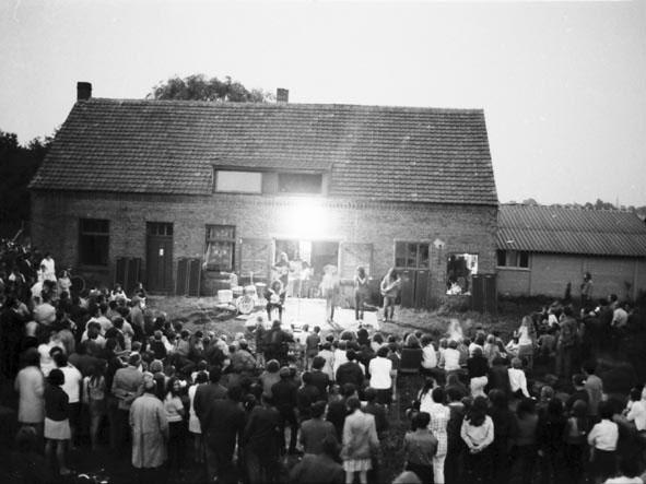 19_optreden_voor_de_boerderij_1970_de_avond_valt_in