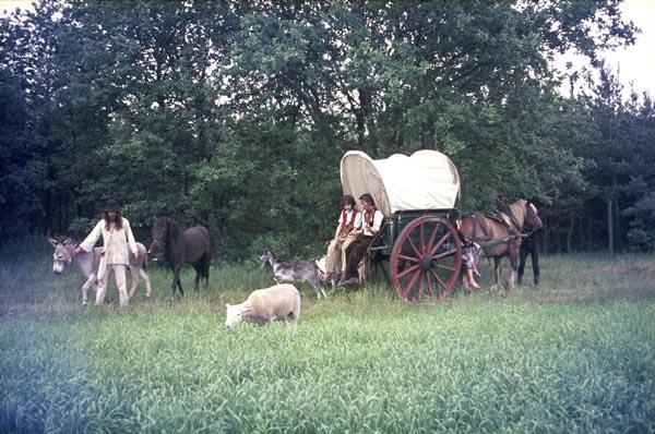 1972, zomer. Flip Jansen maakt de film Avontuur met een geheimzinnigen Spieghelman. De zigeunerscène met Appie, Joost en Frits. (Foto Molly Mackenzie)