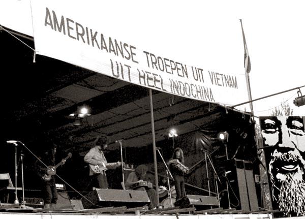 1972, 30 april. Het Amsterdamse Bos, omgedoopt tot Viet-Nam weide. We hadden een abonnement op benefietconcerten. In dit geval betrof het Jongeren voor Vietnam. Geheel rechts Ho Chi Minh.