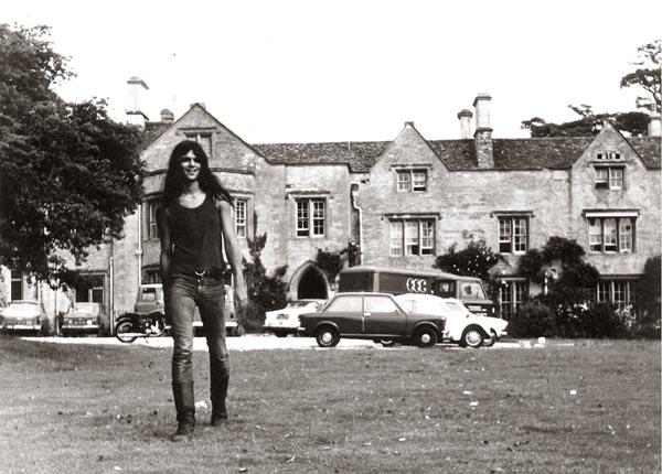 1973, juni. Manor Studio, Shipton-on-Cherwell. We nemen onze 3e studio LP op in Engeland, in de studio van Richard Bransson, die toen nog geen multimiljonair was en vroeg of ie geld van ons kon lenen. Op de achtergrond de Manor en onze bus. (Foto Jarti Notohadinegoro)