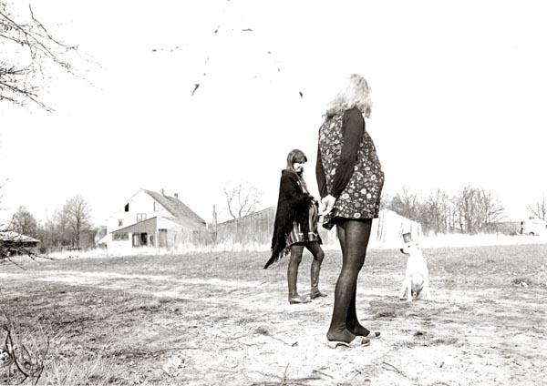 1972, voorjaar op de boerderij. Nettie en Pita. (Foto Molly Mackenzie)