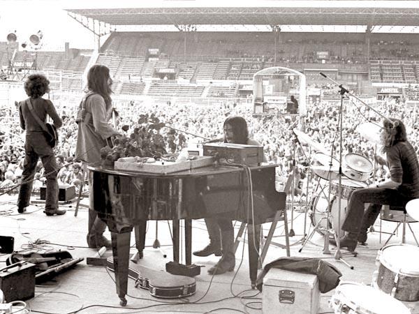 1972, 22 mei. Amsterdam, het Olypisch Stadion. Het Amsterdams Rockcircus, met onder anderen Donovan en Pink Floyd. Hier CCC met Spinnin' Spinnin'. (Foto Molly Mackenzie)