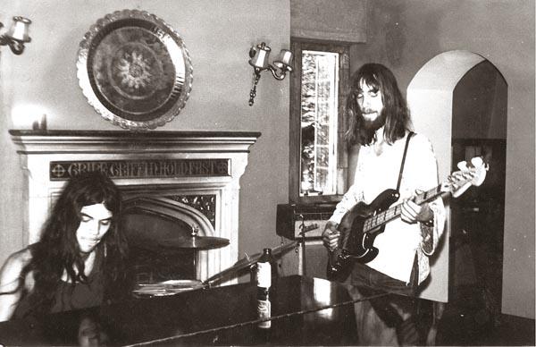 Ernst en Jan, oefenend op de baspartijen, die later door Pat Donaldson ingespeeld zouden worden